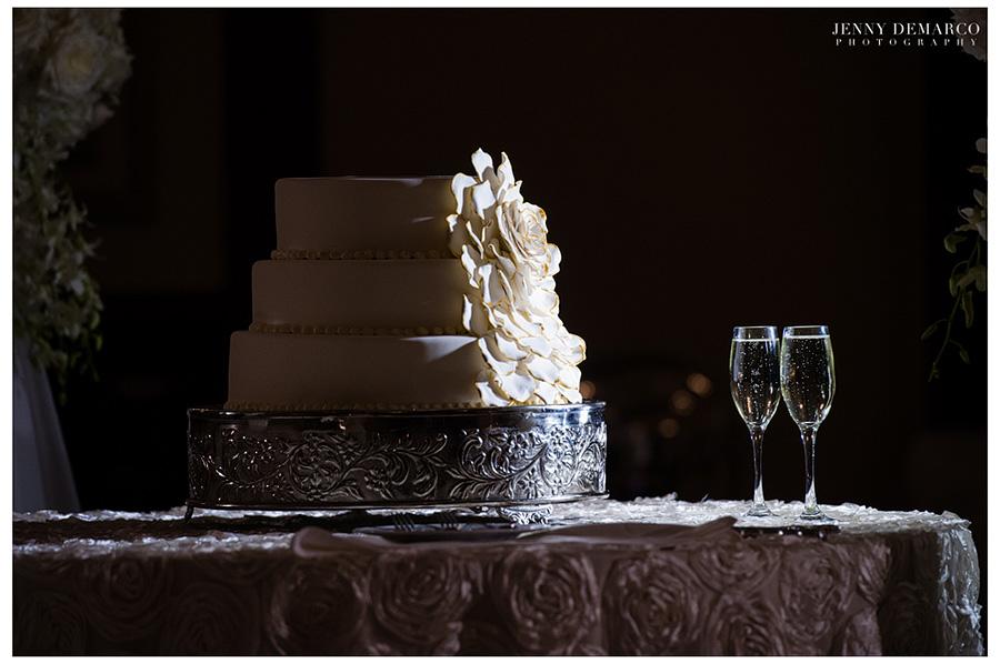 Rachel and Ben's elegant round flower wedding cake.