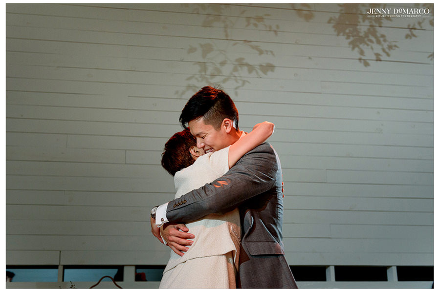 The groom and his mother hug.