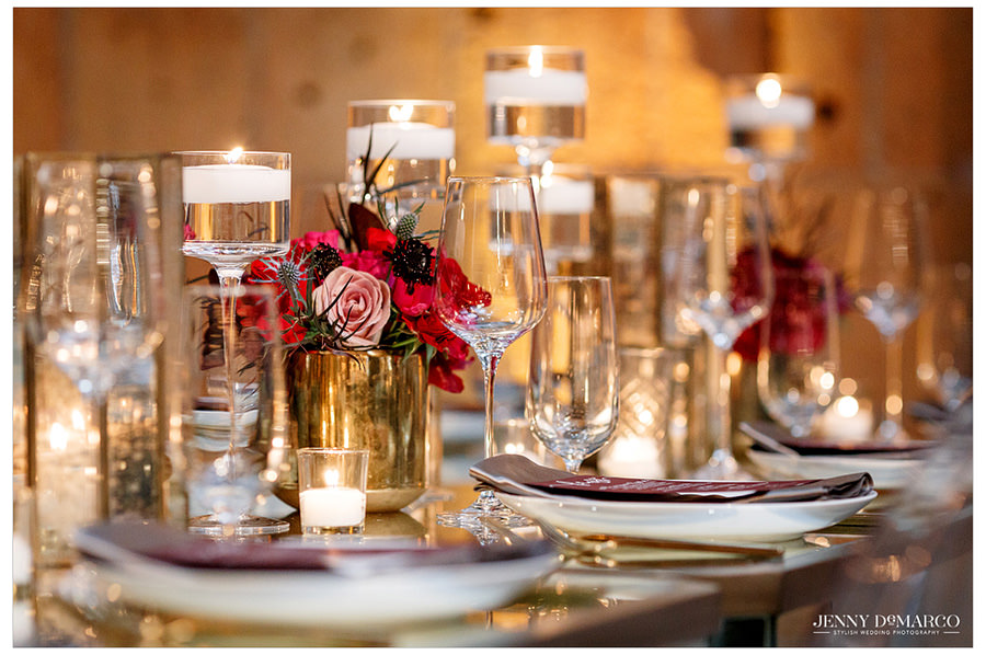 Delicate pacesetting in white and gold. Floating candles add a simple touch to the table.
