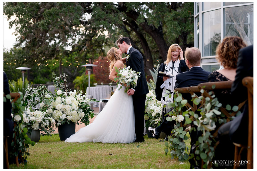 beautiful and elegant first kiss in the heart of the hill country